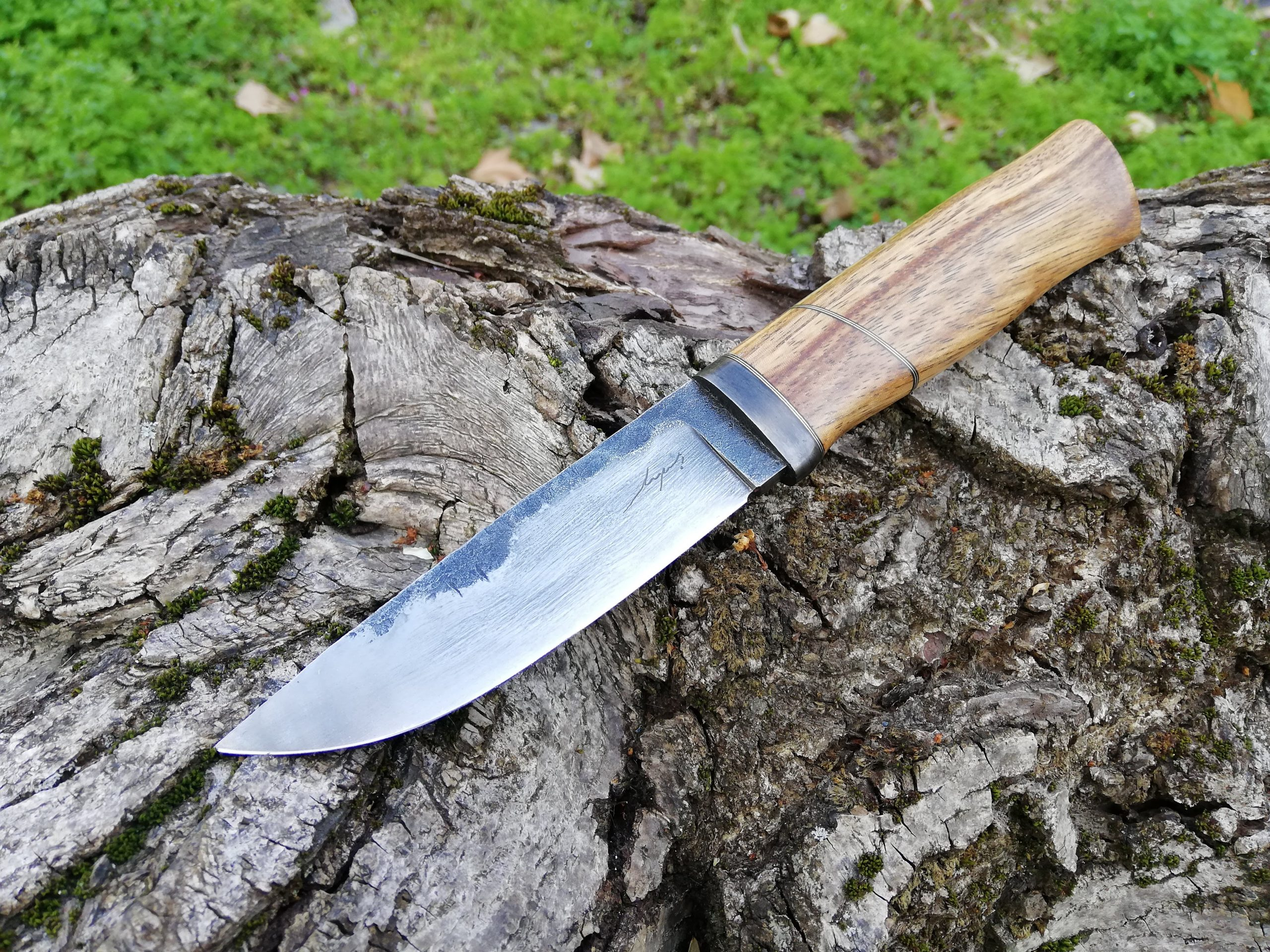 The blade is forged from a round bar of silversteel (K510), differentially heattreated - soft spine and hard cutting edge. The handle is made of zebrano wood.