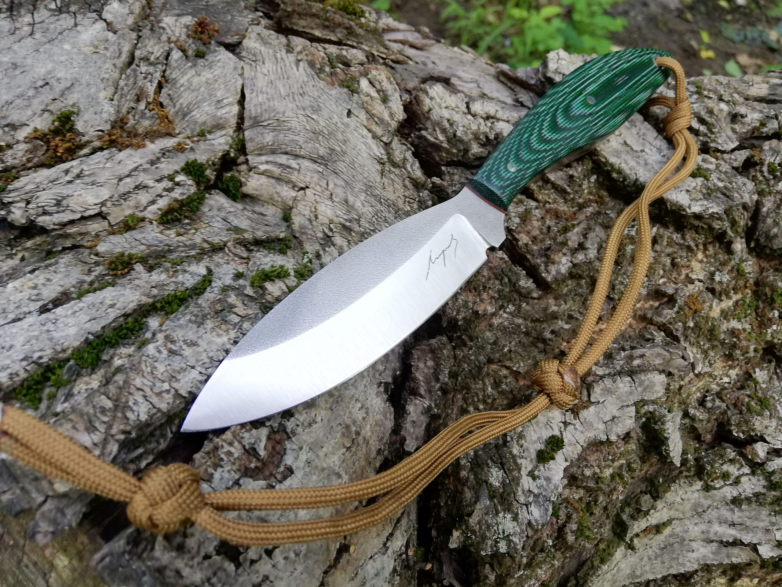 Strange looking knife, but really comfortable. The Canadian belt knife is made from hunter for hunters.